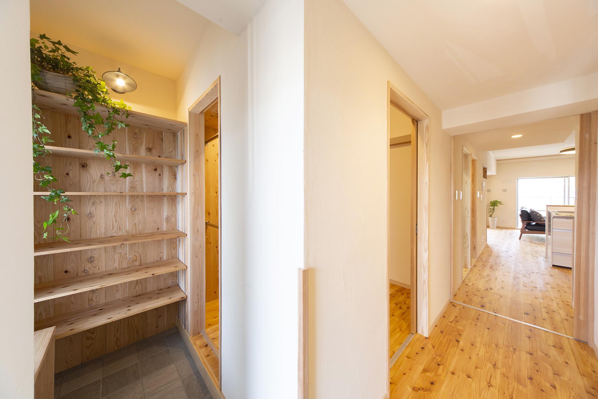 明るく窓のある玄関と大容量収納の家