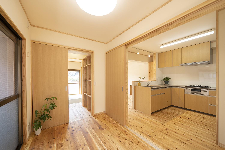 参道の翠と碧い空をキッチンから臨める家